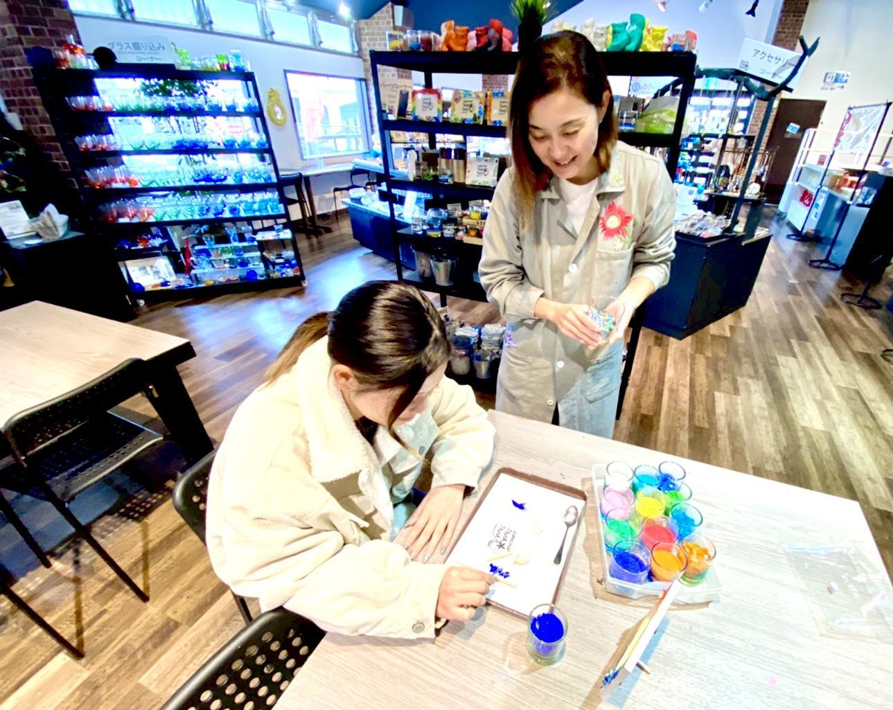 【琉球ガラス村で体験工房のアシスタント募集します】~2名採用・時給900円~・働きやすい環境完備~